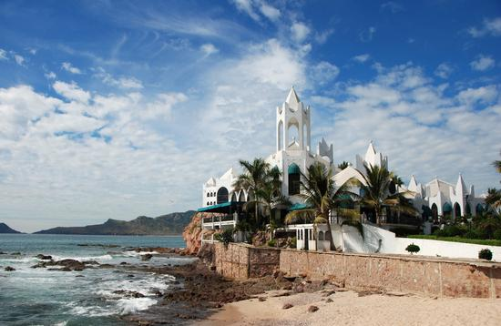 Buildings,Mazatlan, Coastline, water, ocean, pacific, architecture, cafe, bar, restaurants, spanish ,islands, palm trees (photo via Travel_Bug / iStock / Getty Images Plus)