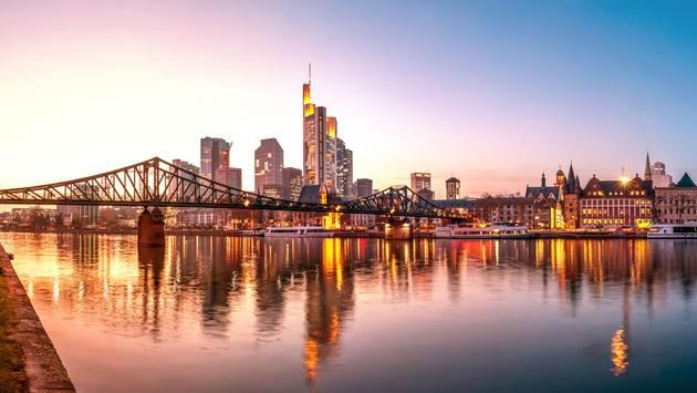 Frankfurt am Main, Skyline zur blauen Stunde (photo via MissPassionPhotography / iStock / Getty Images Plus)