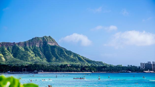 WAIKIKI BEACH AND DIAMOND HEAD (photo via hipho / iStock / Getty Images Plus)