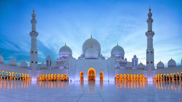 Wide picture of the Sheikh Zayed Mosque, Grand Mosque, Abu Dhabi in the evening. (photo via mdgomes / iStock / Getty Images Plus)