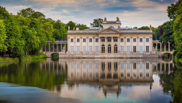 The Lazienki palace in Lazienki Park, Warsaw. Lazienki Krolewskie. Poland (photo via mariusz_prusaczyk / iStock / Getty Images Plus)