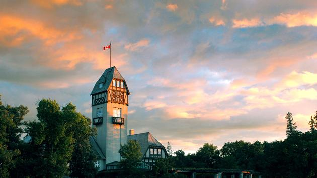 A central building in Assiniboine Park, Winnipeg. Photo taken at sunset. (photo via OlgaRadzikh / iStock / Getty Images Plus)
