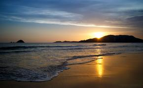 Sunset at the beach. Ixtapa, Zihuatanejo, Mexico. (photo via ChepeNicoli / iStock / Getty Images Plus)