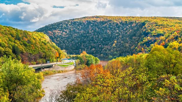 A scenic view of the Delaware Water Gap National Recreation Area between New Jersey and Pennsylvania. (andykazie / iStock / Getty Images Plus)