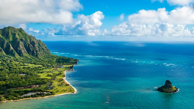 Aerial view of Kualoa Point and Chinamans Hat at Kaneohe Bay, Oahu, Hawaii, USA (PB57photos / iStock / Getty Images Plus)