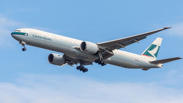 Boeing 777 Cathay Pacific takes off