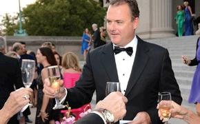 Apple Vacations President Tim Mullen greets guests at the company's annual awards gala.