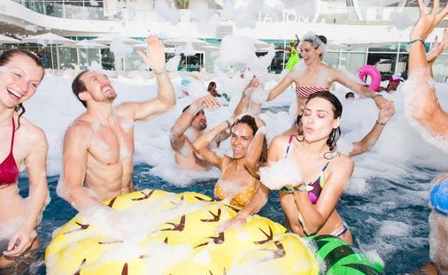 FOTO: Una fiesta de espuma en Temptation Cancun Resort. (Foto original del grupo)