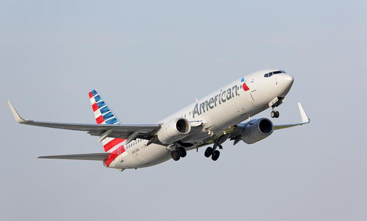 American Airlines Boeing 737-800 taking off from Chicago O'Hare International Airport