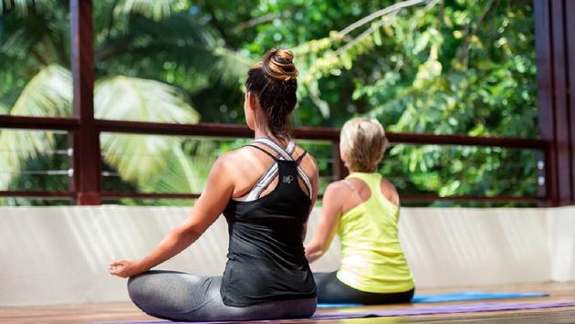 FOTO: Huéspedes participan en una sesión de yoga en Marigot Bay Resort & Marina. (Foto de Marigot Bay Resort & Marina)