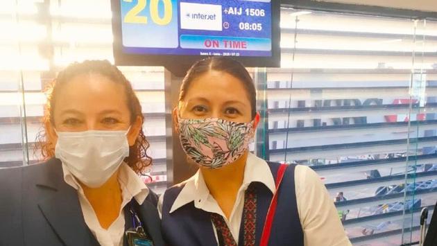 Sobrecargos de la aerolínea Interjet que ha realizado 8 vuelos solidarios a Colombia, Guatemala, Honduras y El Salvador para transporte de pasajeros desde la CDMX. (Foto de Interjet)