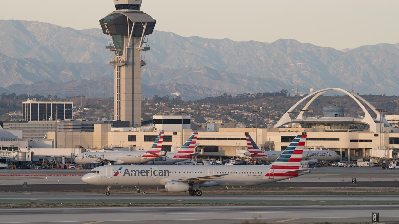 American 737 MAX Makes Emergency Landing