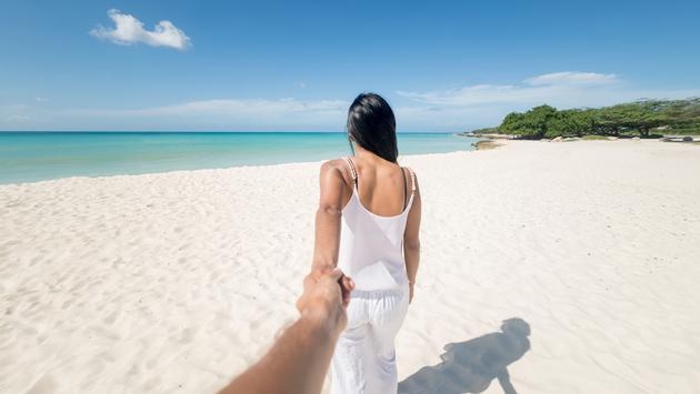 Couple walking on the beach in Aruba