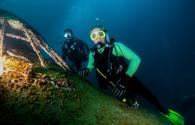 Divers at the Boeing 747 at Dive Bahrain