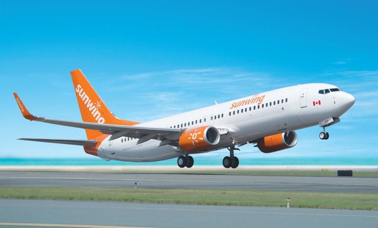 Un Boeing 737-800 de Sunwing Airlines qui décolle.