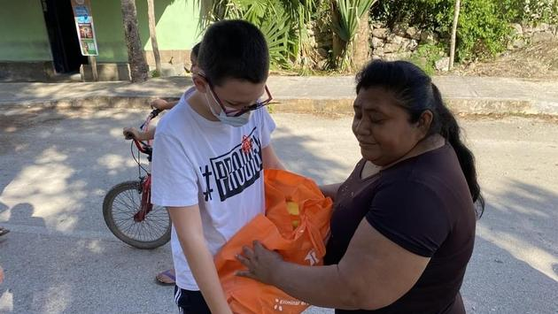 A Te Amo volunteer providing donations