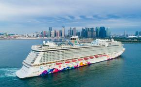Dream Cruises' World Dream arrives in Singapore.