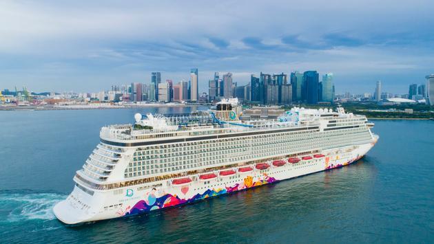 Dream Cruises' World Dream arrives in Singapore.