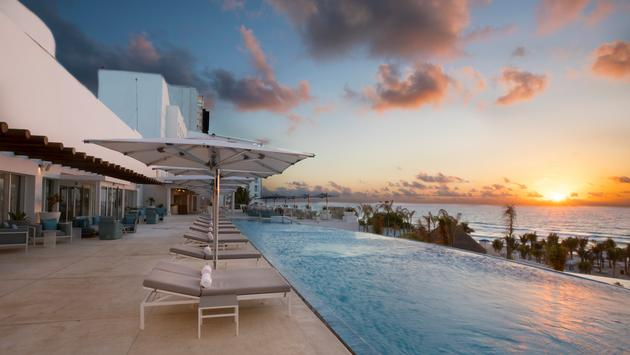 Third-floor infinity pool at Le Blanc Spa Resort Cancun.