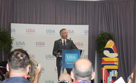 Christopher L. Thompson, presidente y director ejecutivo de la Marca EUA.