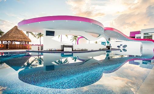 Temptation Cancun Resorts Boost Pool Bar