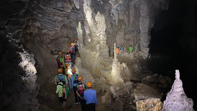 Trekking in the Tu Lan Cave system