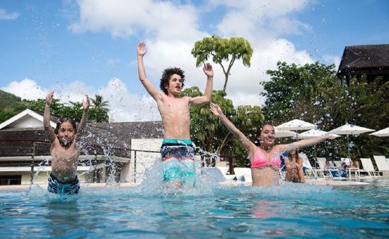 FOTO: Niños disfrutando la alberca en el resort. (Foto de Marigot Bay Resort & Marina)