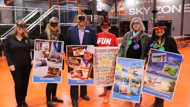 Lynne St. Jean de Carnival Cruise Line, en compagnie de ses partenaires à Laval.