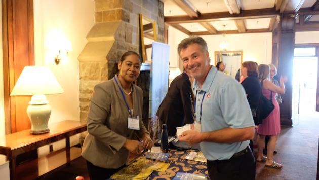 Stacey Hutchinson de Mercadotecnia de Turismo  de con  el periodista de viajes  Grant Fraser.