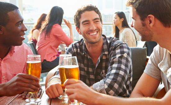 FOTO: Amigos disfrutan de una cerveza en una terraza-bar. (Foto de bowdenimages/iStock/Getty Images Plus)