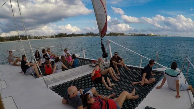 Un paseo en catamarán a lo largo de la playa de Siete Millas con Deportes Red Sail es una fantástica actividad en  Gran Caimán.