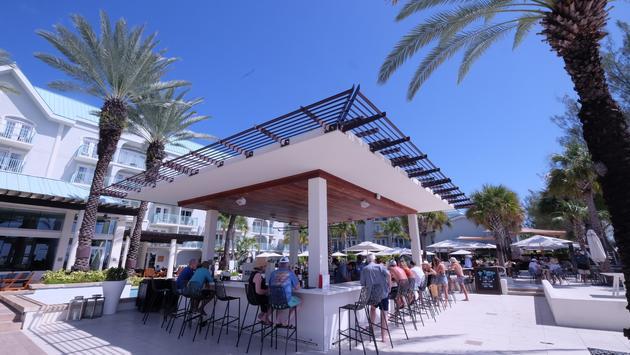 El Nuevo bar exterior en el Westin Grand Caimán Seven Mile Beach Resort & Spa
