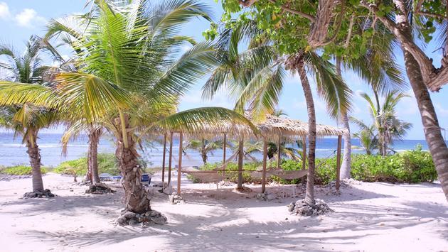 El Punto de Piratas tiene unidades casuals y confortables en Little Caimán que ofrecen servicio a quienes nadan y a quienes disfrutan de vacaciones relajantes.