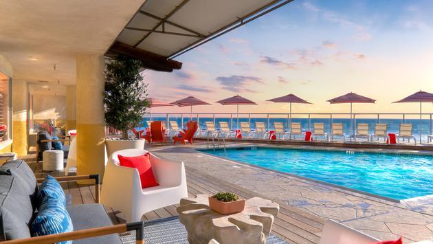 La alberca y la terraza a pie de playa en el Beach Terrace Inn en Carlsbad, California.