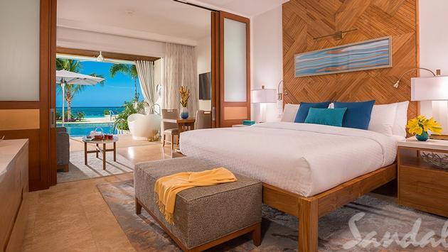 $605 Instant Credit in the Beachfront Swim-up Honeymoon One-Bedroom Butler Suite