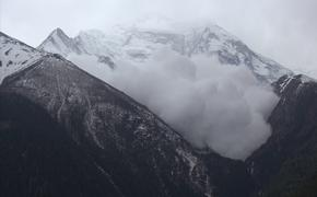 Avalanche in Nepal's Annapurna Circuit