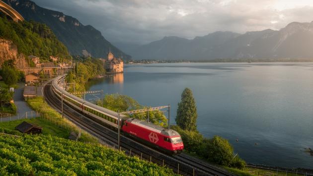 Train longeant le lac Léman en Suisse