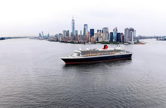 El Queen Mary 2 frente a la ciudad de Nueva York.
