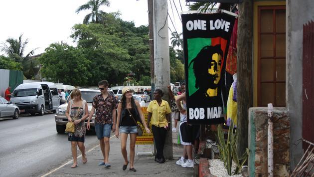 Pasear por las tiendas del área de Hip Strip es una Buena forma de conocer la Bahía de Montego, Jamaica.