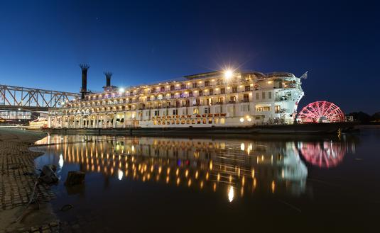 El crucero Reina Americana de noche. (Foto de American Queen Steamboat Company)