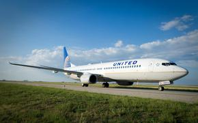 United Airlines Boeing 737 on runway at IAH.
