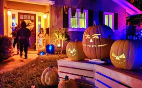 Kids trick-or-treating on Halloween in San Jose, California