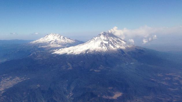 Vista aérea de los volcanes Popocatépetl e Iztaccíhuatl