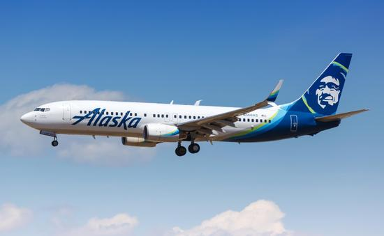 Alaska Airlines Boeing 737 approaching LAX Airport