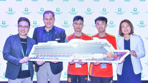 Thatcher Brown, President of Dream Cruises (second from left); Christine Li, Senior Vice President and Head of Marketing, Dream Cruises (far right) and Ken Kwok, Assistant Program Director of CR1 (left) with the winners of the eSports football competition