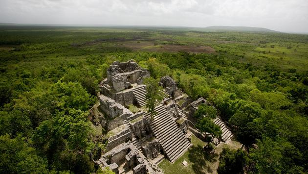 Se encuentra a 81 kilómetros al noroeste de la ciudad de Chetumal.