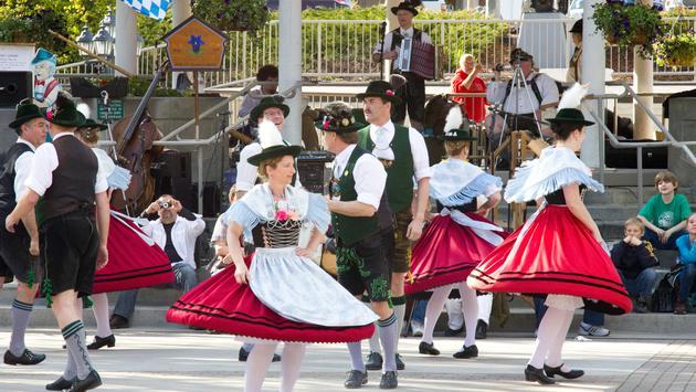 FOTO: Baile con vestuario clásico de Bavaria en Leavenworth, Washington. (Foto de MayankYadav/iStock Editorial/Getty Images Plus)