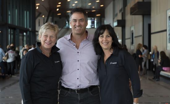 Claude Robillard entouré de Danielle Durocher et de Colette Girard