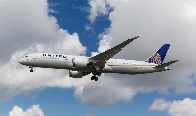 United Airlines Boeing 787 Dreamliner approaching London Heathrow Airport