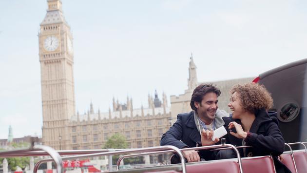 Couple  bus near Big Ben in London (Photo via Sam Edwards / iStock / Getty Images Plus)